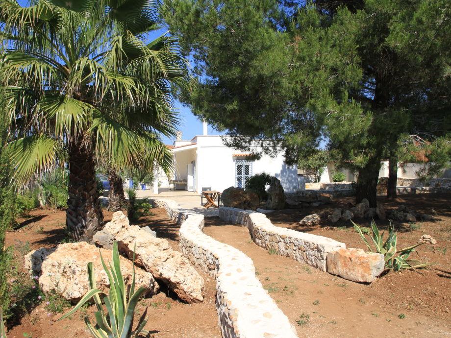 Die Casa ist in einen mediterranen Garten eingebettet