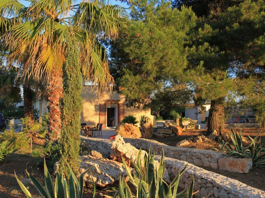 Die Casa liegt in einem parkartigen mediterranen Garten