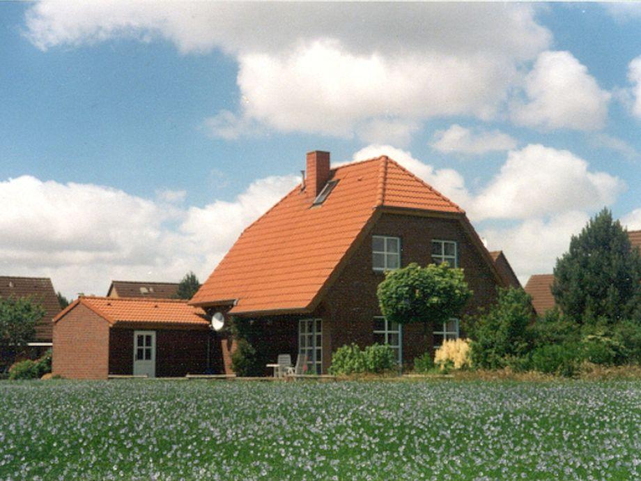 Haus Sausewind mit Garten, Terrasse und Garage.