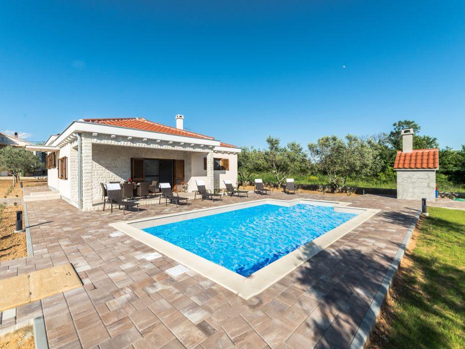 Terrasse mit Pool und Grill