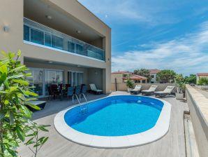 Ferienhaus mit Pool für 8 Pers. in ruhiger Lage