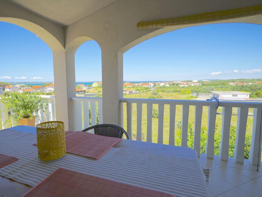 Aussicht vom Tisch auf der Terrasse