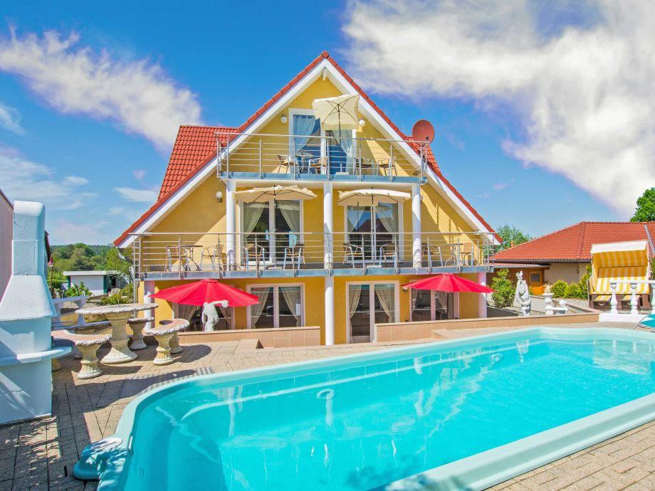 Blick auf Pool und Villa Europa