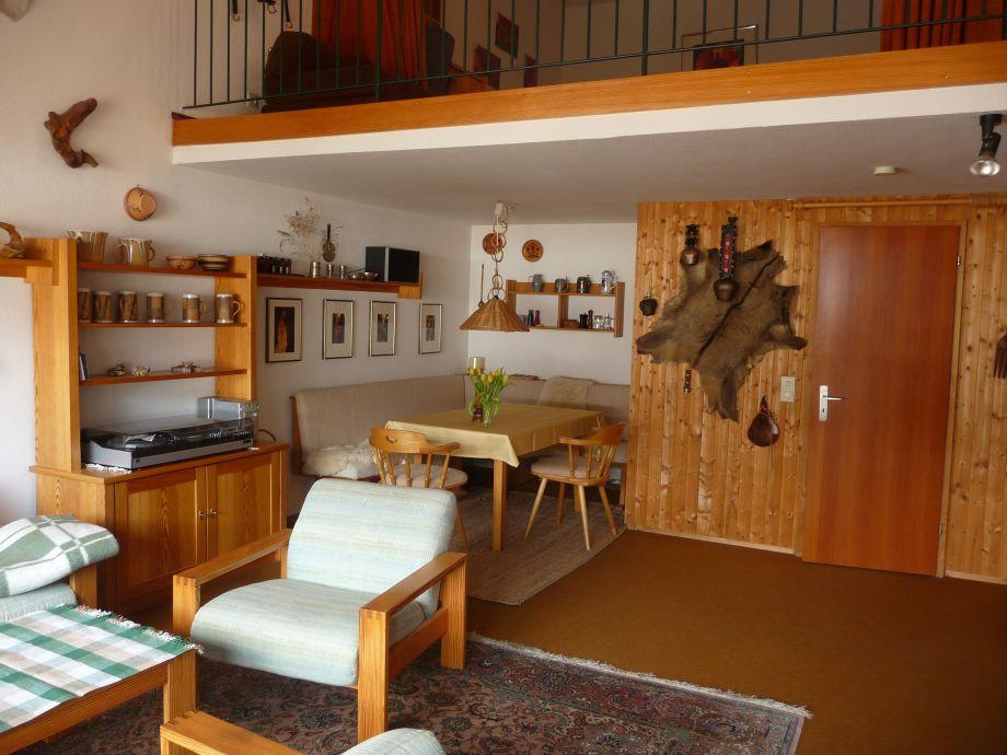 Großzügiger Wohnraum mit Essecke