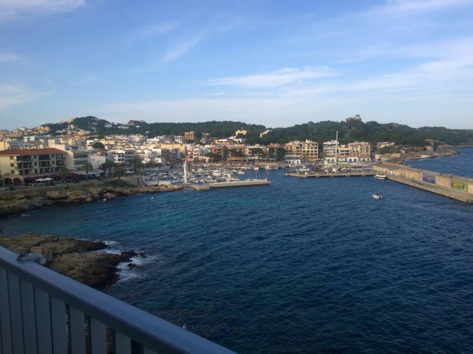 Blick vom Balkon auf den Hafen von Cala Ratjada
