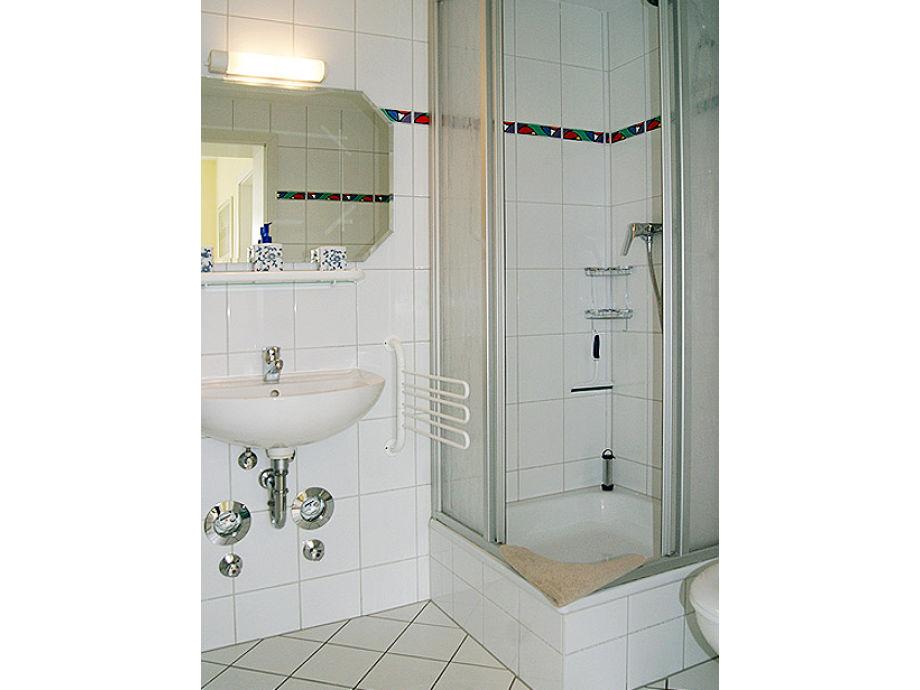 gastebad mit wc und dusche raum und m beldesign inspiration. Black Bedroom Furniture Sets. Home Design Ideas