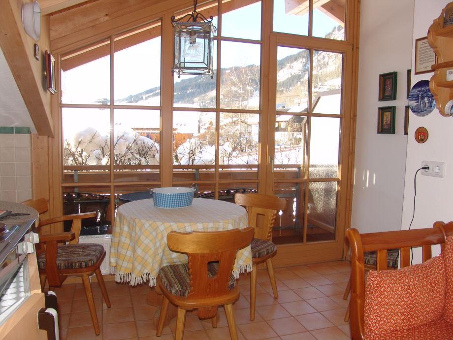 helle Wohnküche mit hübschem West-Balkon