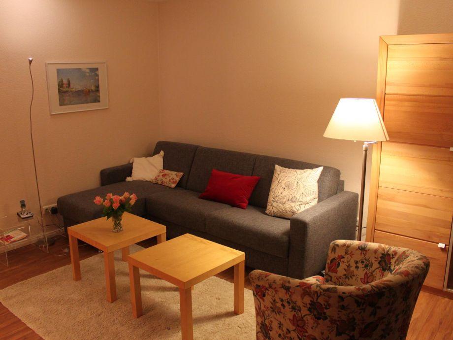 Wohnzimmer mit hochwertigem ausziehbaren Sofa