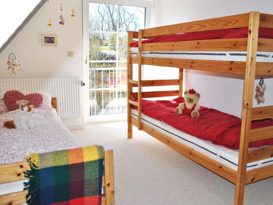 Schlafzimmer Mit Etagenbett Und Einzelbett Im DG