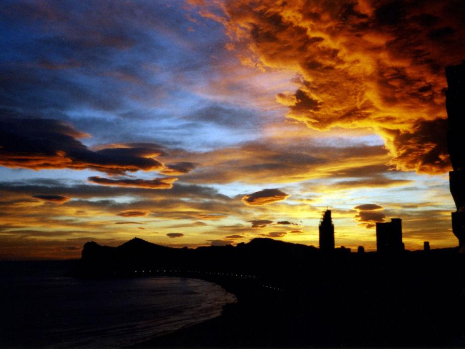 Haus am meer bei sonnenuntergang  Ferienwohnung Sorolla am Meer Benidorm Poniente, Costa Blanca ...