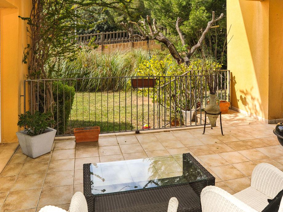 Die Terrasse mit kleinem Garten