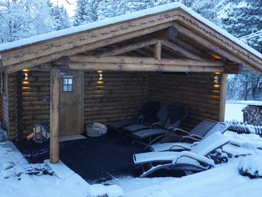 Blockhaussauna mit überdachter Ruhezone+Wärmestrahler