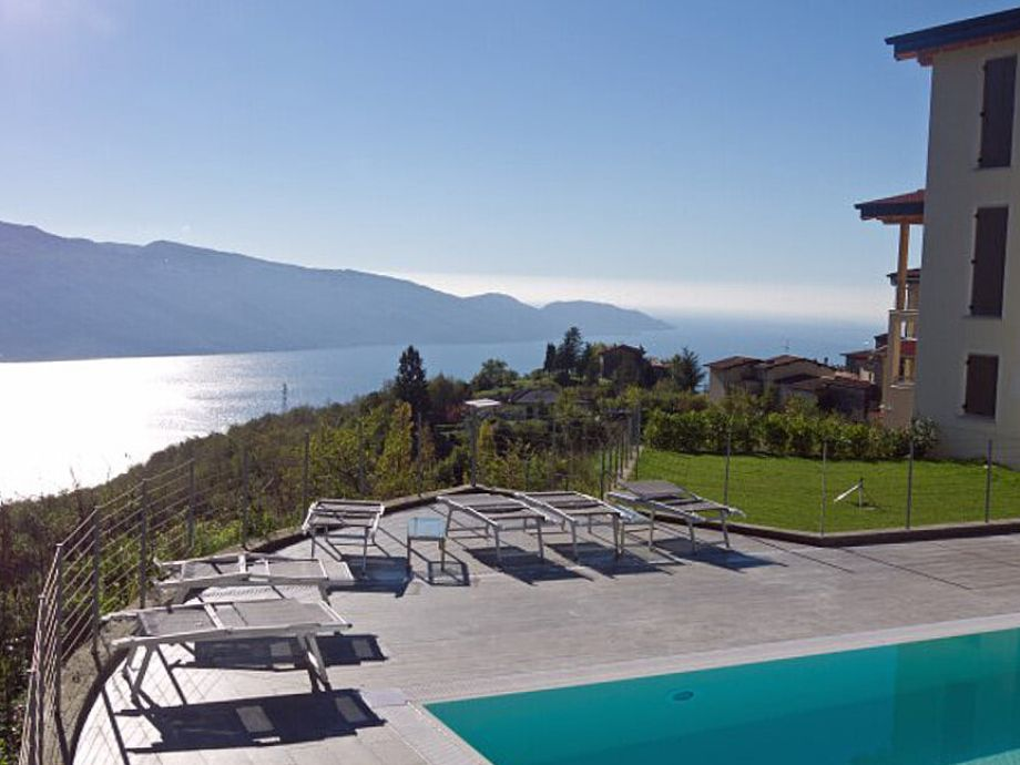 Pool mit Blick auf den Gardasee