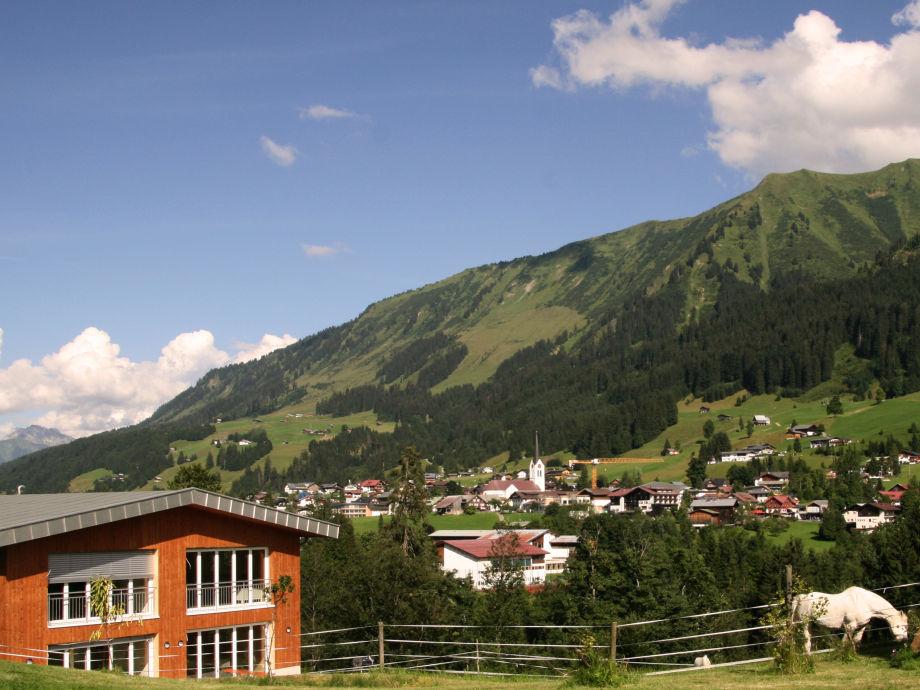 Haus aussen mit Riezlern im Hintergrund