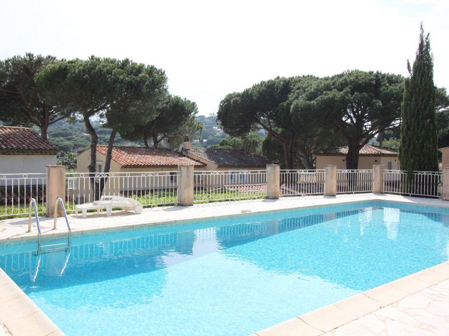 gemeinsamer Pool hinter der Villa