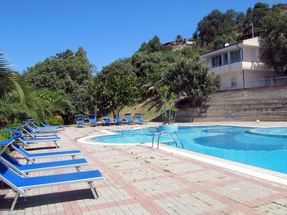 Pool mit Haus im Hintergrund