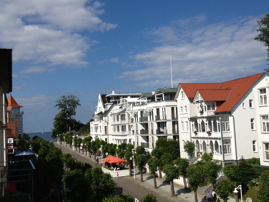mit Blick auf die weißen Villen bis hin zur Ostsee