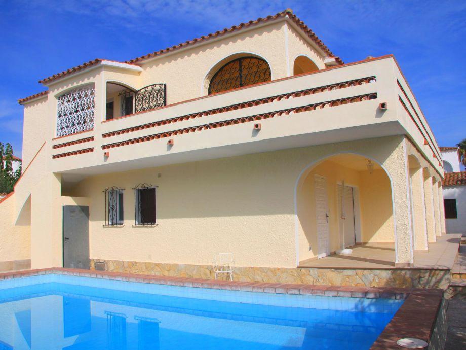 Blick auf den Pool und die Terrasse der Wohnung