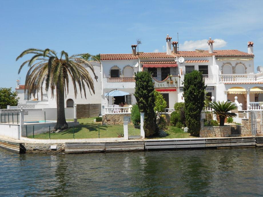 Blick vom Kanal auf das Haus