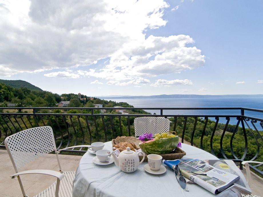 Terrasse mit Gartenmöbel und Meerblick
