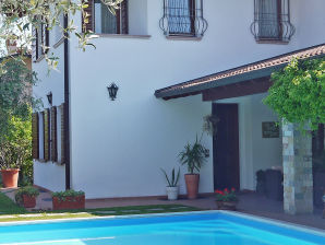 Villa Lillió mit großem Pool in Manerba