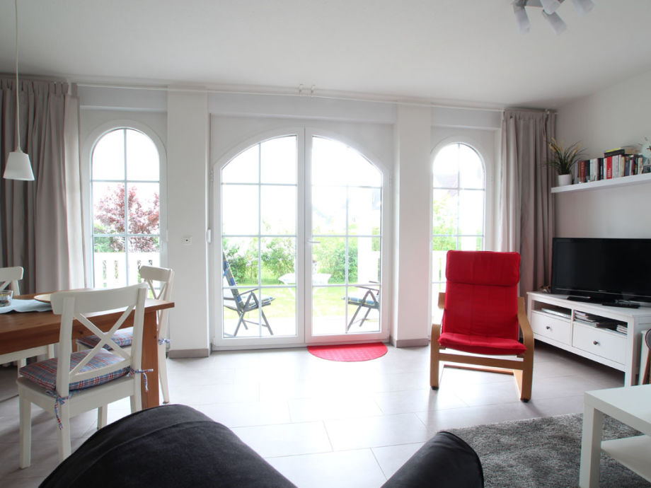 Helles Wohnzimmer mit Zugang zur Terrasse