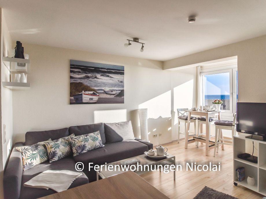 modernes Wohnzimmer mit Loggia und Meerblick