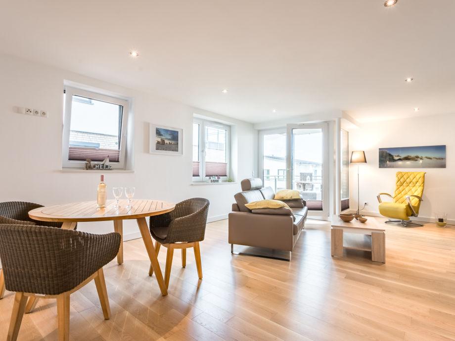 großzügiges Wohnzimmer mit Esstisch und Balkon