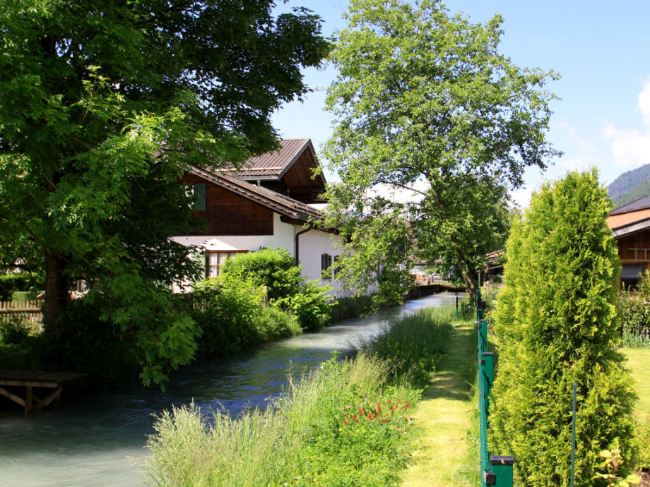Sehr schöner eigener Garten, direkt am Mühlbach
