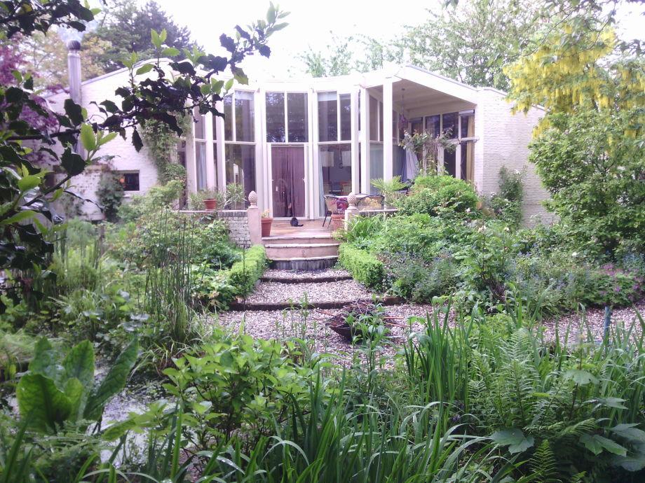Blick aufs Wohnzimmer vom Hintergarten aus