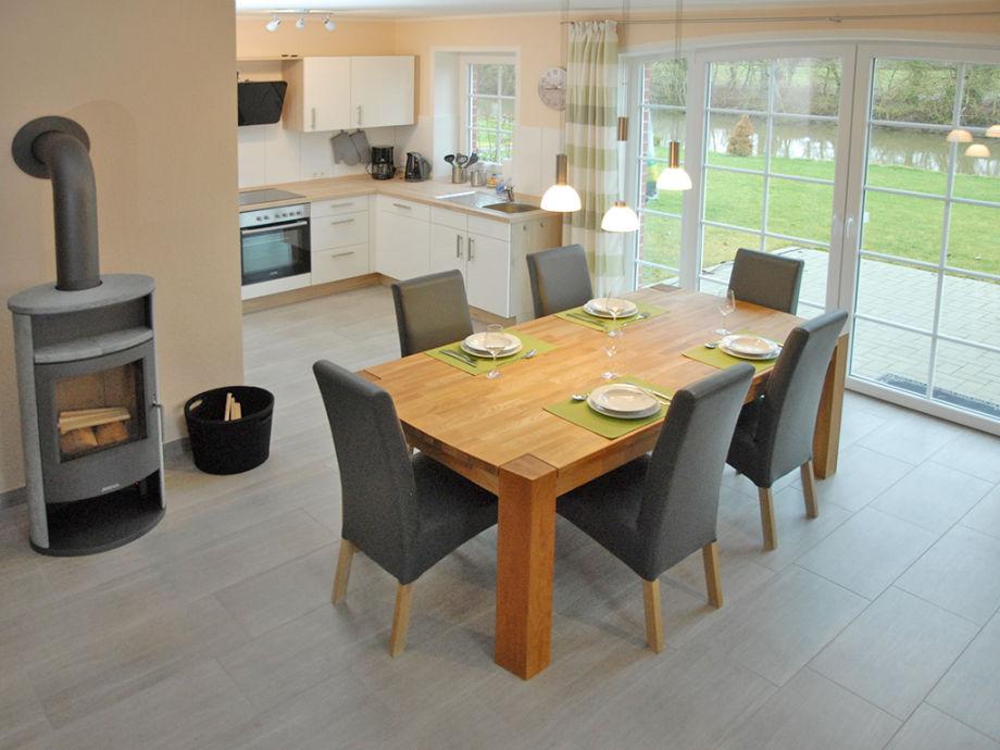 Wohnbereich mit Kaminofen und Küche
