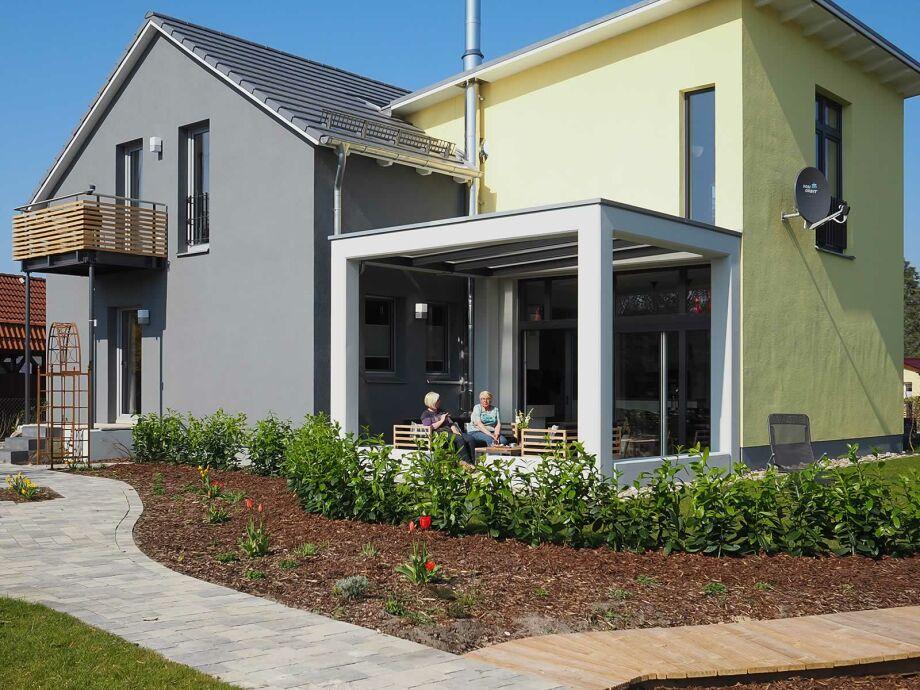 Gartenansicht mit Loungeterasse