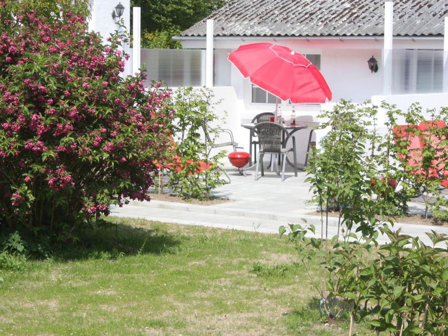 Blick vom Garten auf die Terrasse