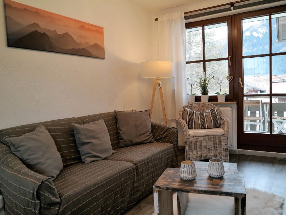 Wohnraum mit Sitzecke und Zugang zum Südbalkon