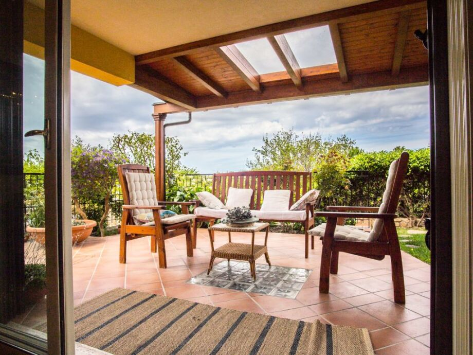 Terrasse mit Gartenmöbeln vor dem Haus