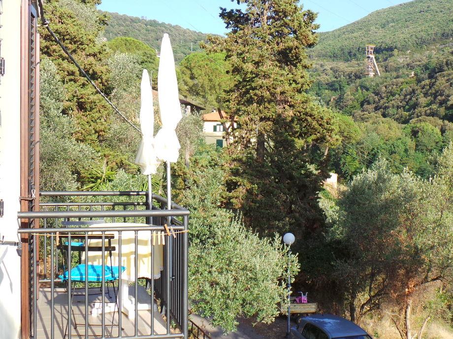 Blick vom Balkon links in die grünen Hügel