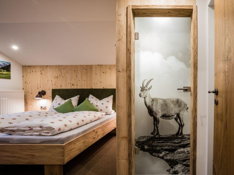 Schlafzimmer aus gehacktem Zirbenholz
