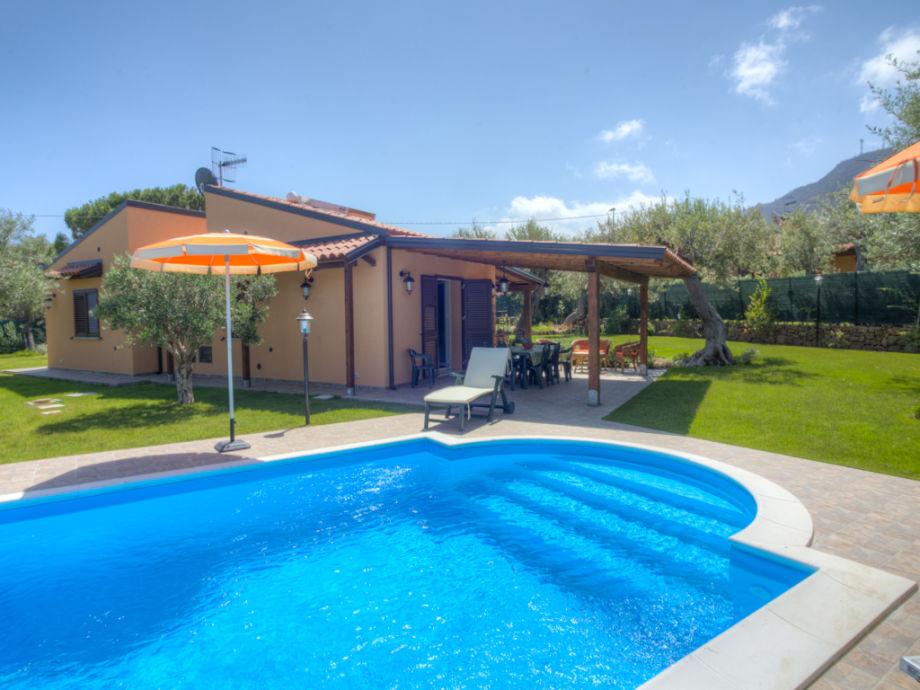 Der private Pool, der Garten und die Terrasse