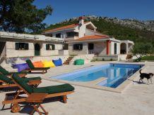Villa Exklusive Traumvilla in ruhiger Lage mit großem Garten