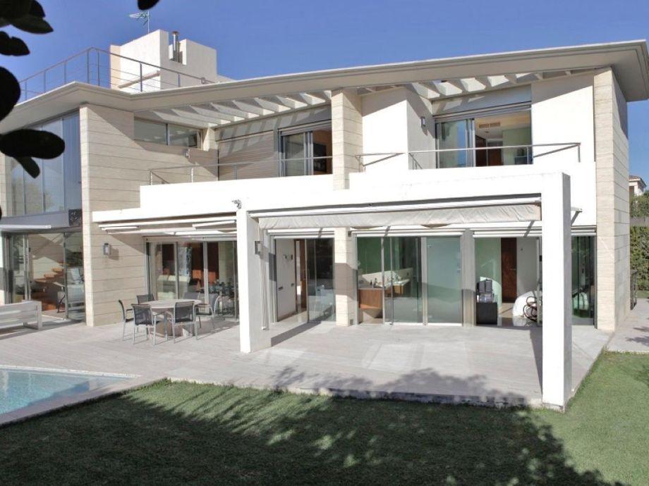 Außenaufnahme Architektenvilla auf 3 Etagen mit Privatpool und 100 m zum Meer
