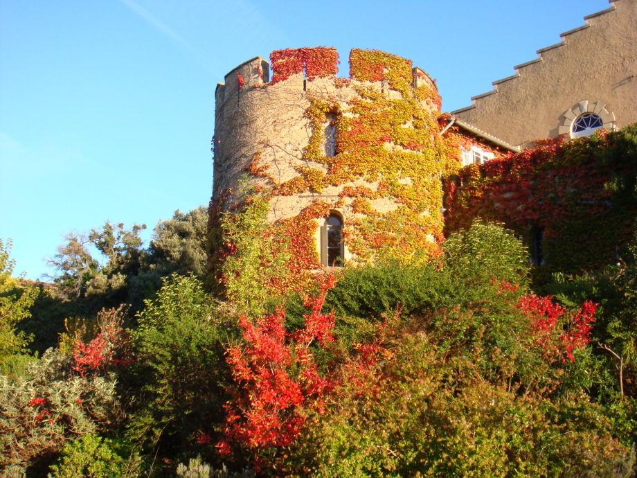 Hermitage de Combas links Turm in Herbst