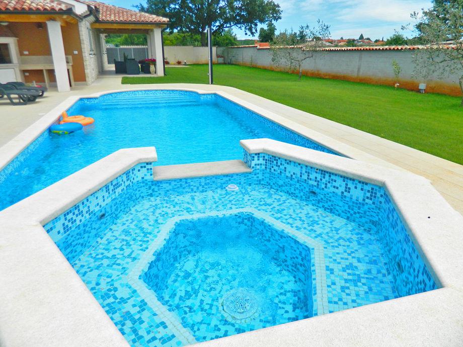 Swimmbad mit jacuzzi