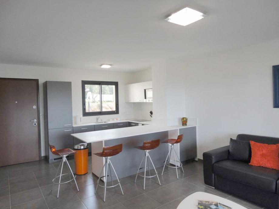 Wohnzimmer und geöffnete Küche