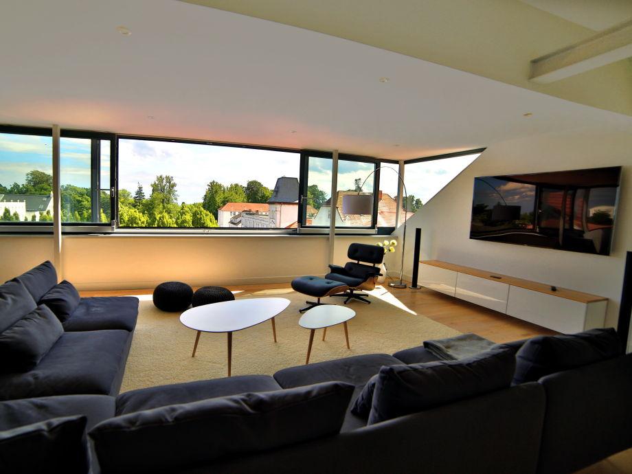 Wohnraum mit Couch und Aussicht