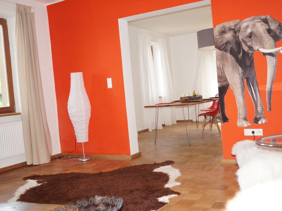Wohnzimmer mit offenem Durchgang zu Speisezimmer