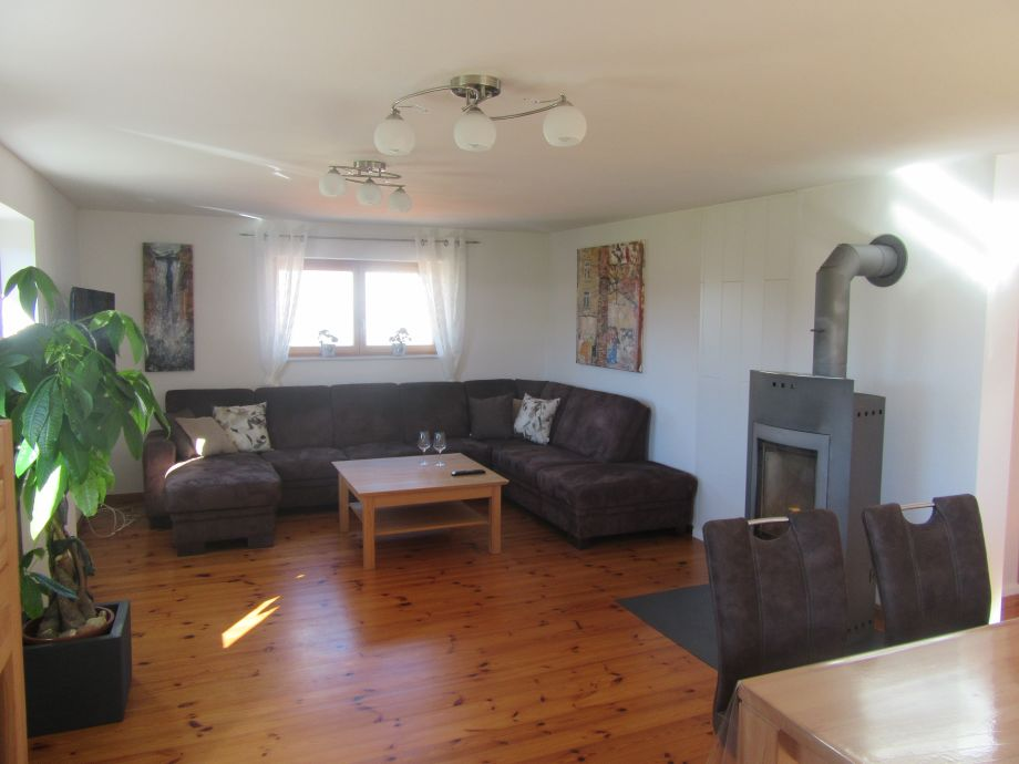 geräumiges Wohnzimmer mit Aussicht und Balkon