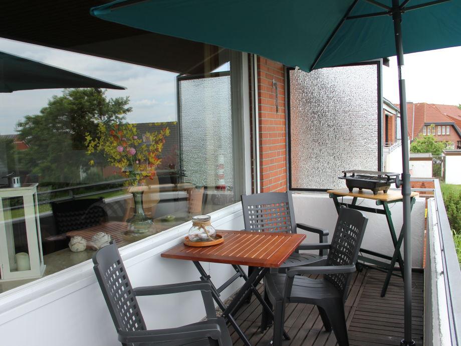 Balkon mit Balkonmöbel und Sonnenschirm, Elektrogrill