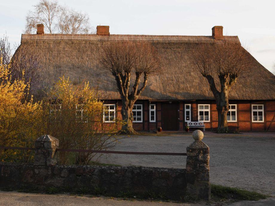 Die Hofstelle, die Wohnung ist in der rechten Haushälft