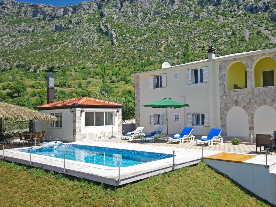 Ferienhaus mit Pool und Whirlpool in Zavojane