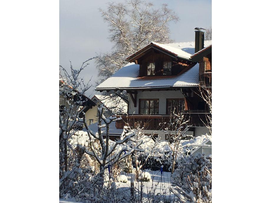 Blick auf das Alpenchalet im Winter